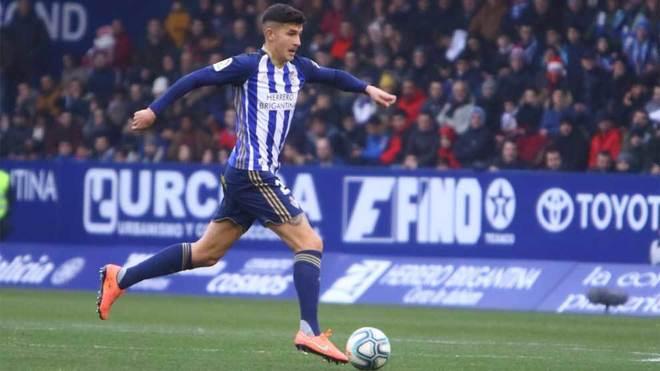 Saúl Crespo conduce el balón en un partido de la Ponferradina.
