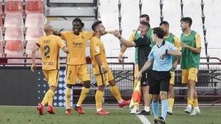 Los jugadores del Alcorcón celebran el tanto de Ernesto.