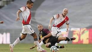 Javi Fuego se lanza ante Álvaro e Isi.