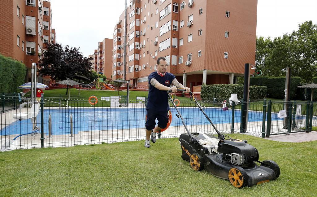 Carlos Santiso posa para MARCA en la urbanización donde ejerce de...