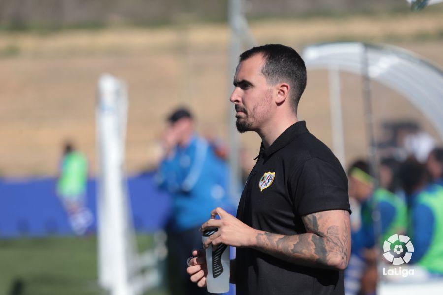 Carlos Santiso dirigiendo un partido al Rayo Vallecano esta temporada.