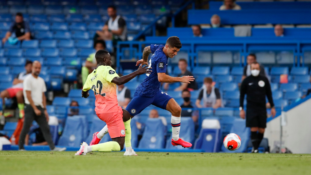 Pulisic deja atrás a Mendy para anotar el 1-0 ante el Manchester City