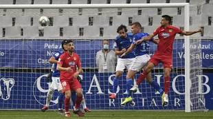 Los jugadores disputan un balón aéreo en el Oviedo-Fuenlabrada.
