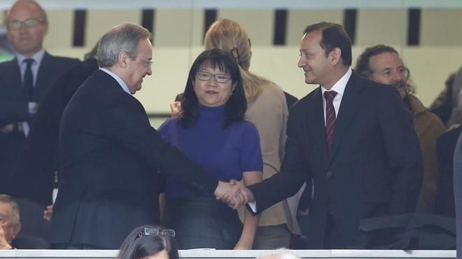 Florentibo Pérez y Anil Murthy se saludan con Lay Hoon como testigo.