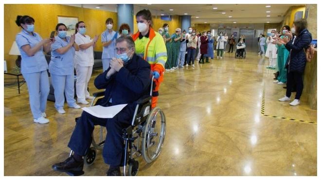 Un paciente se retira entre aplausos de un Hospital de Vigo.
