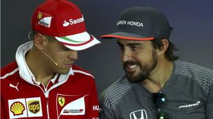 Alonso habla con Vettel.