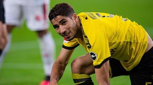 Achraf Akimi, arrodillado durante un partido de la Bundesliga de la...