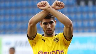Achraf Hakimi en un duelo con el Borussia Dortmund.