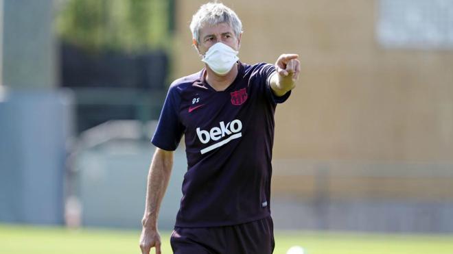 Quique Setién da indicaciones durante un entrenamiento del Barcelona.