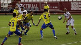 La defensa de Las Palmas en acción ante Zozulia en el Carlos Belmonte