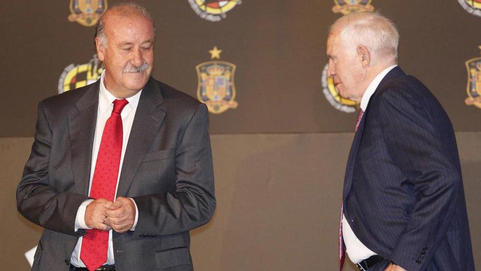 Del Bosque y Luis Aragonés, en un acto de la federación en 2011.