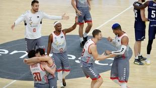 Los jugadores del San Pablo Burgos celebrando el triunfo ante el...