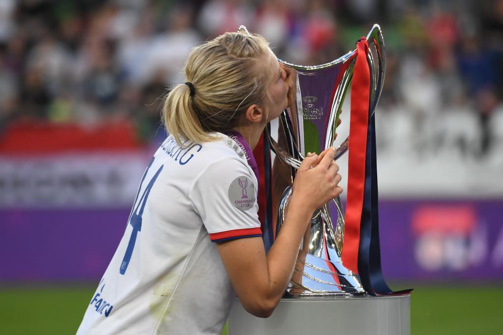 Ada Hegerberg besa la copa de campeones de la Champions League en...