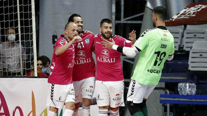 Los jugadores del Viña Albali celebran uno de los goles.