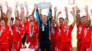 Neuer, capitán del Bayern, levanta la Ensaladera con sus compañeros...