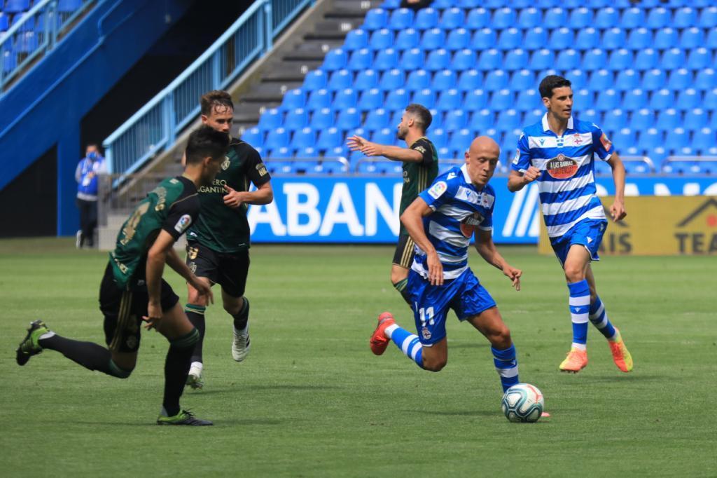 Mollejo conduce el balón ante Trigueros, autor sin querer del empate...