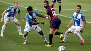Adrián toca de tacón ante Rubén Pérez y Awaziem.