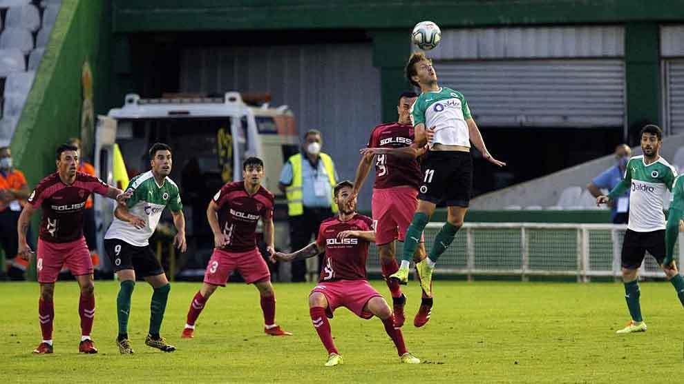 Borja Galán se impone en un balón aéreo en El Sardinero