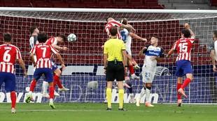 Saúl cabecea en la jugada del primer gol.