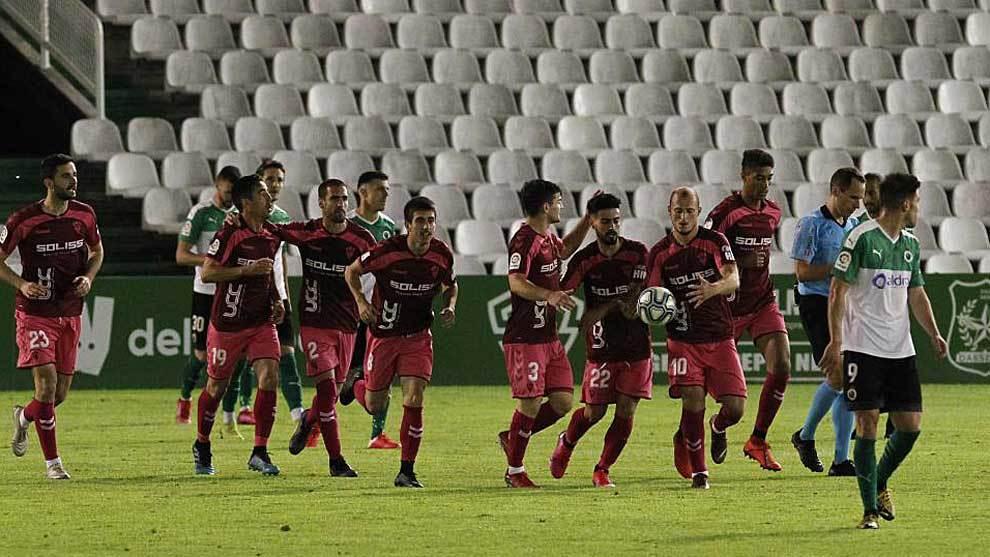 Los jugadores del Albacete celebran el gol del empate de Manu Fuster