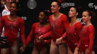 Maggie Nichols, en el centro de la imagen, entre Simone Biles y Ali...