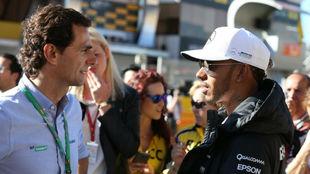 Pedro de la Rosa charla con Lewis Hamilton durante el Gran Premio de...