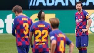 Messi y varios jugadores del Barcelona, en Balaídos.