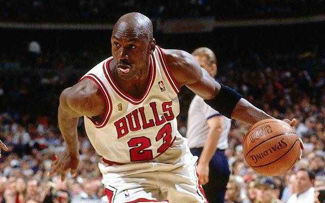 La camiseta de Michael Jordan por 9 euros, unas zapatillas de Under Armour, el FIFA 20 al 72%, una consola retro portátil y otros chollos de la semana en Amazon