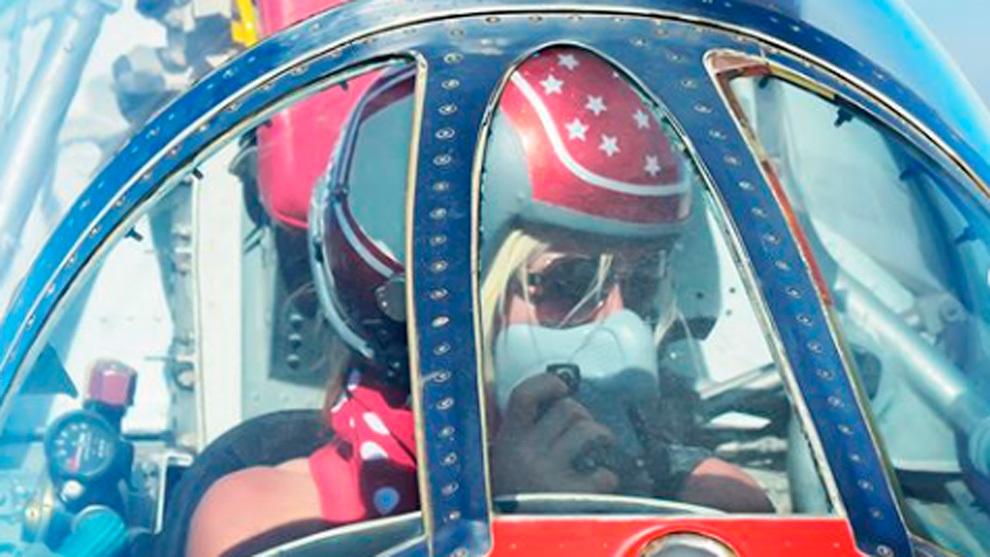 Jessi Combs pilotando uno de sus coches supersónicos.
