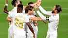 Los jugadpres del Madrid celebran el gol de Ramos de falta al...