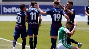 Los jugadores del Levante celebran el tanto de Morales ante la...