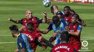 Varios jugadores buscan un balón colgado al área del Mirandés