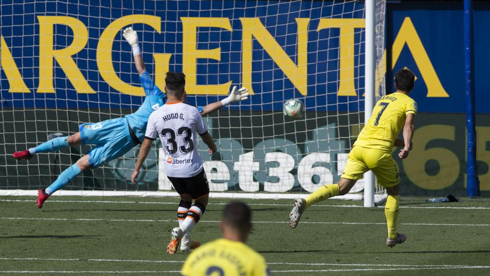 Gerard remata en el segundo gol del villarreal.