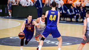 Heurtel sale de un bloqueo durante el partido ante Burgos.