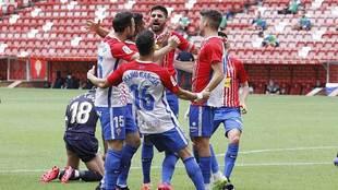 Carmona celebra con sus compañeros uno de los dos goles del Sporting