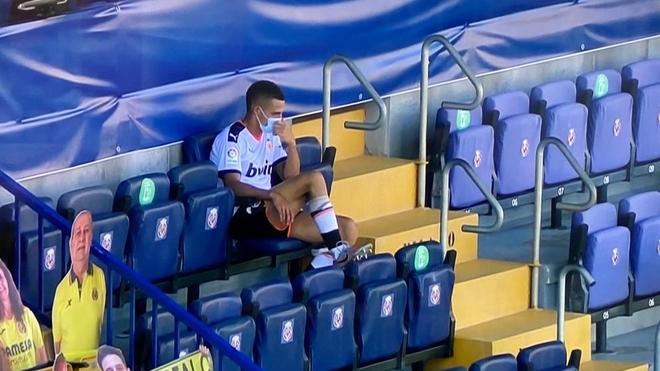 Rodrigo, solo y desolado, en la grada de La Cerámica al acabar el...