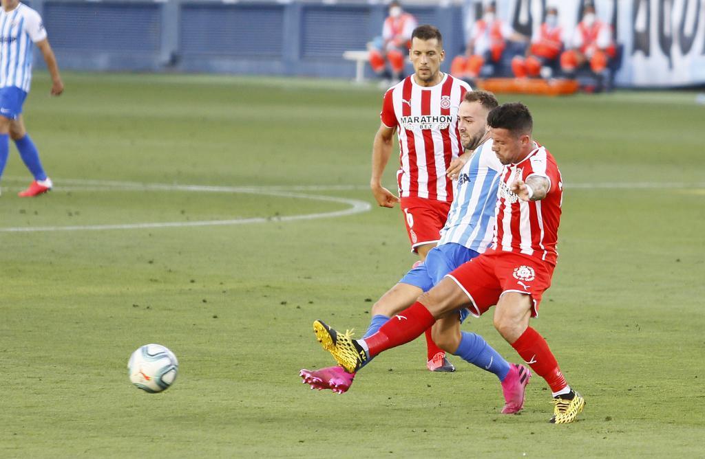 Keidi Bare disputa un balón con Aday Benítez en La Rosaleda