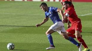 Marc Mateu, autor de la asistencia del único gol, en disputa con un...