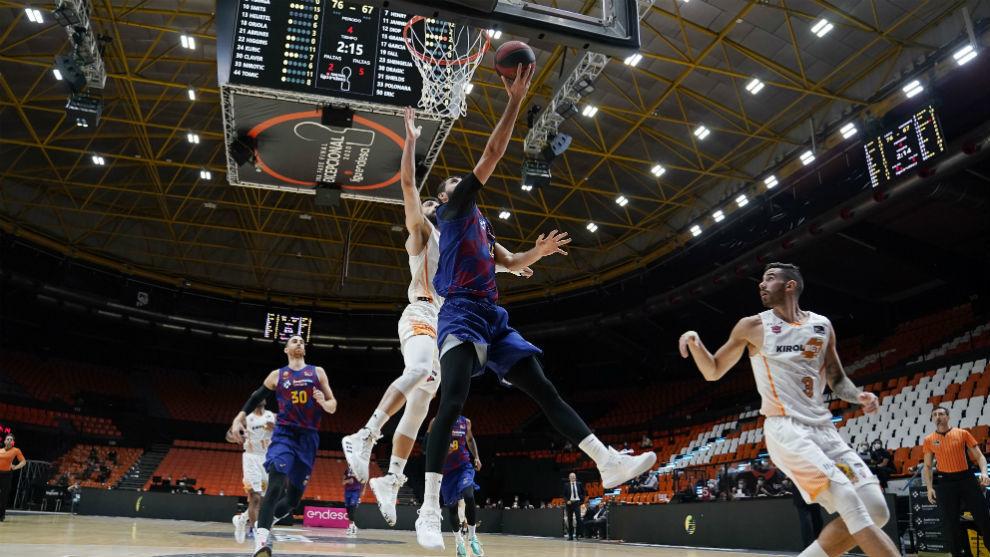 Mirotic intenta la bandeja en el Barça-Baskonia de la primera fase