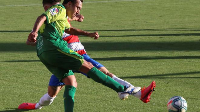 Fabián Orellana golpea el balón durante el Granada-Eibar.
