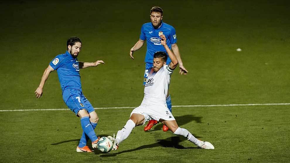 Hugo Fraile y Gio Zarfino disputan un balón en presencia de Iribas en...