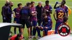 Setién se reúne junto a sus futbolistas durante un descanso del...