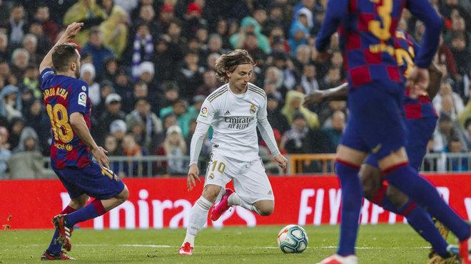 Modric juega ante Jordi Alba.