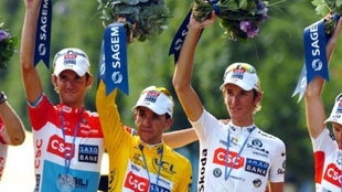 Kurt-Asle Arvesen con Sastre y Schleck en el podio del Tour