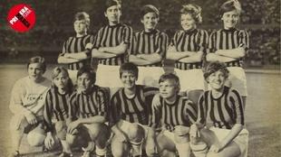 Las jugadoras de Dinamarca, con camisetas del Milan antes de disputar...