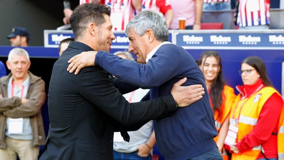 Simeone y Quique Setién se saludan antes de un partido.