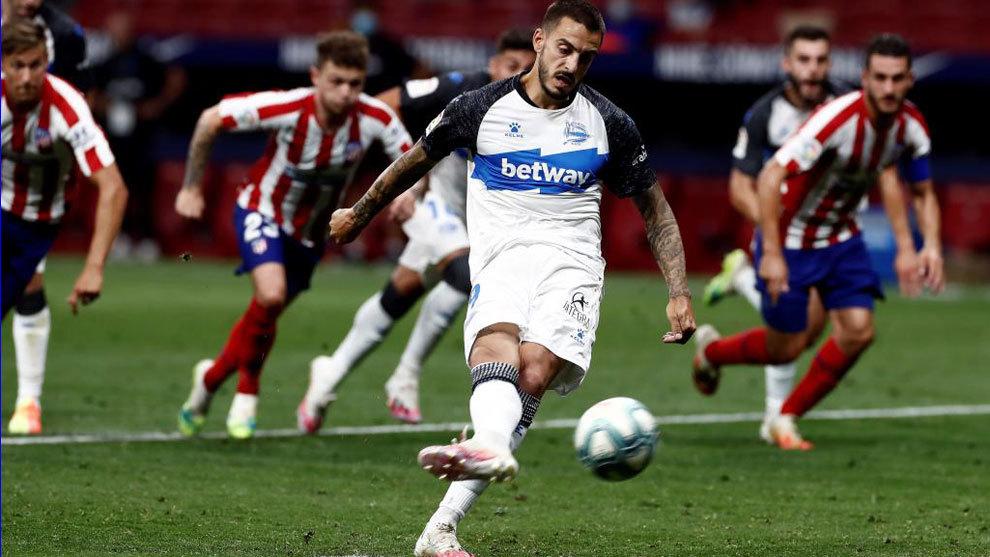 Joselu lanza el penalti que supuso el único gol del Alavés en el...