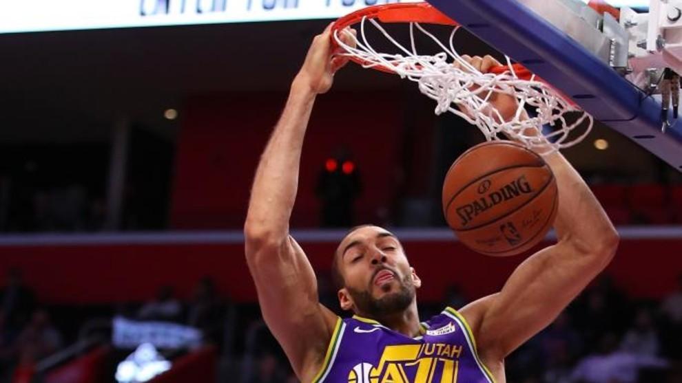 Rudy Gobert machaca el aro rival en un partido de la NBA con los Jazz.