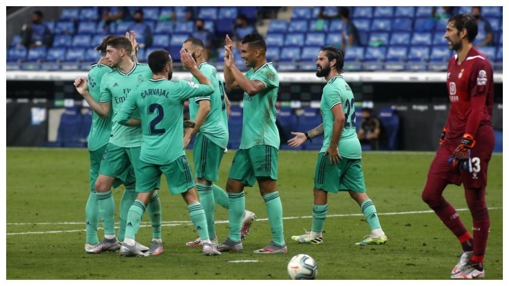 Los jugadores del Real Madrid celebran el gol de Casemiro ante el...