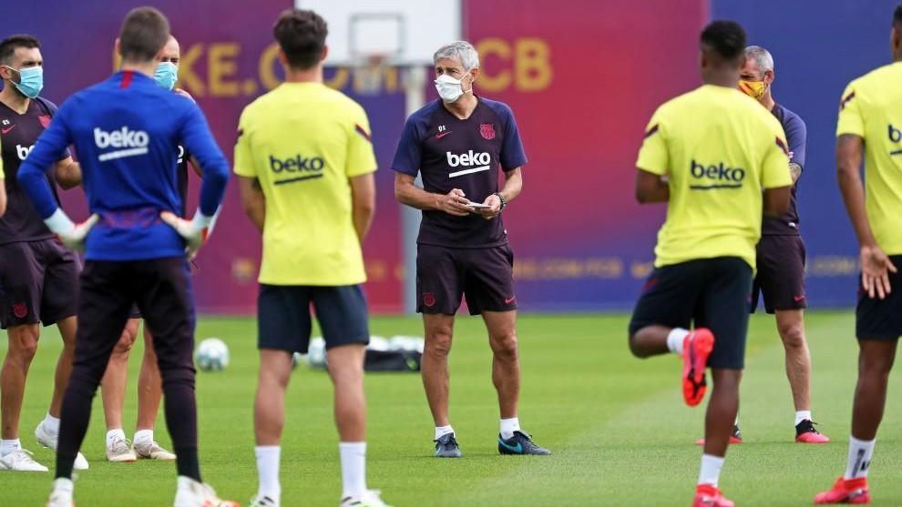Setién, rodeado de varios jugadores del Barcelona